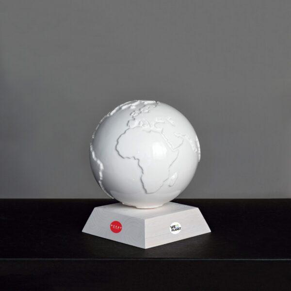 mappamondo in ceramica bianca su base quadrata in legno bianco