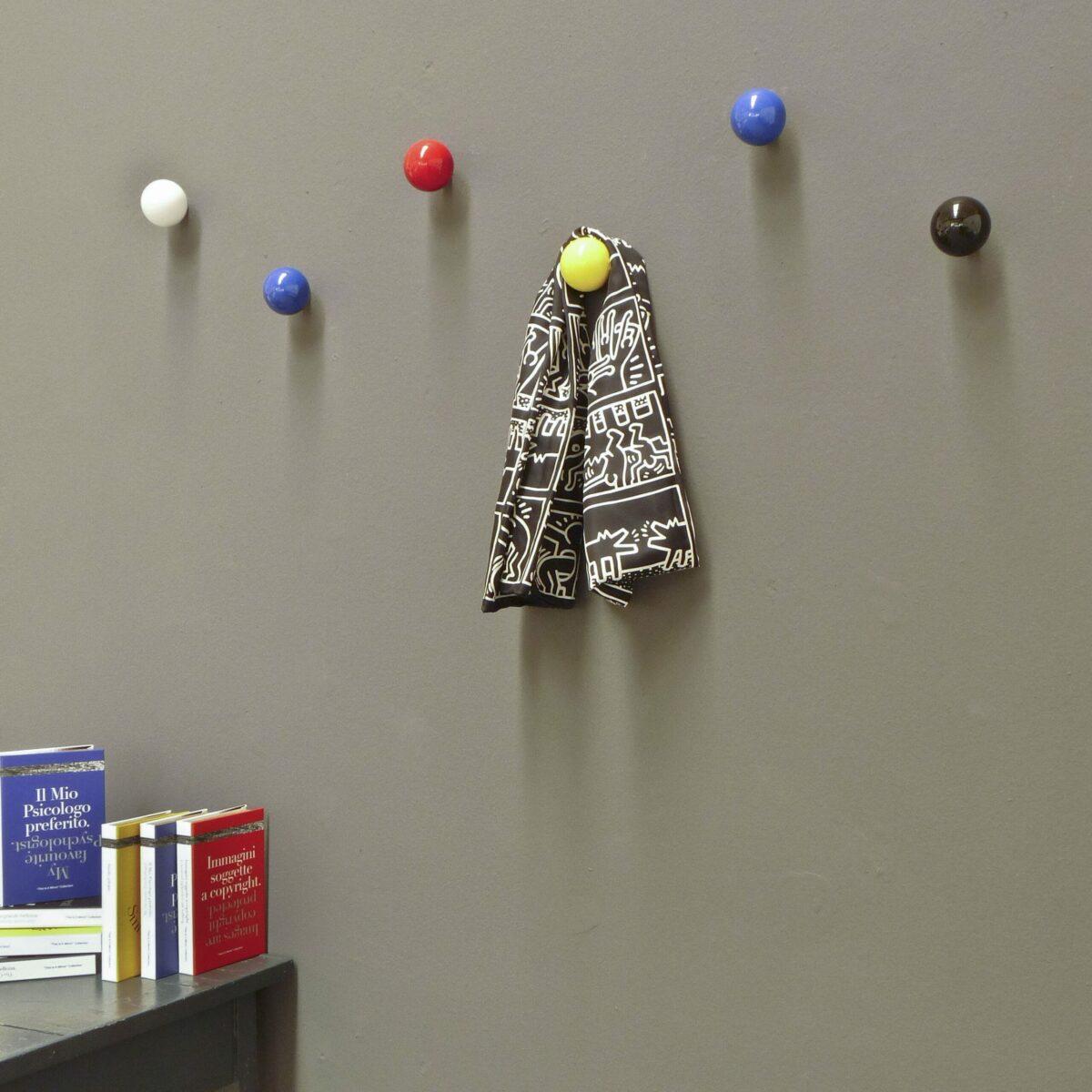 palline appendiabiti colorate su parete grigia