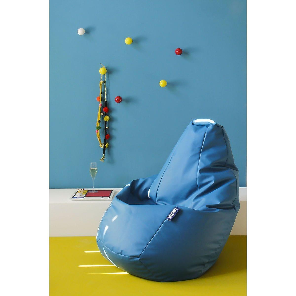 ganci appendiabiti a forma di pallina di biliardo montati su parete azzurra