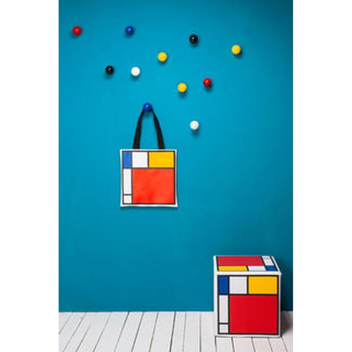palline appendiabiti colorate in ordine sparso su parete azzurra