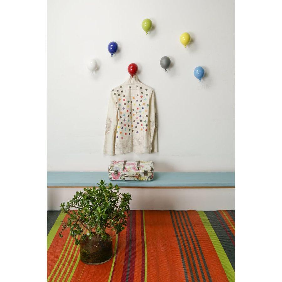 Palloncino in ceramica appendiabiti decorativo miniBalloon azzurro, bianco, blu, giallo, grigio, rosso e verde su parete