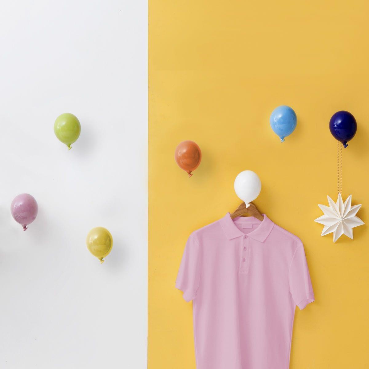 Palloncino in ceramica appendiabiti decorativo miniBalloon arancione, azzurro, bianco, giallo, nero, rosa e verde su parete