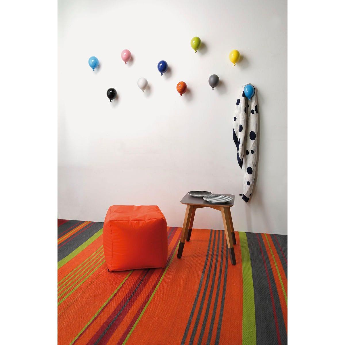 Palloncino in ceramica appendiabiti decorativo miniBalloon arancione, azzurro, bianco, blu, giallo, grigio, nero, rosa, rosso e verde su parete
