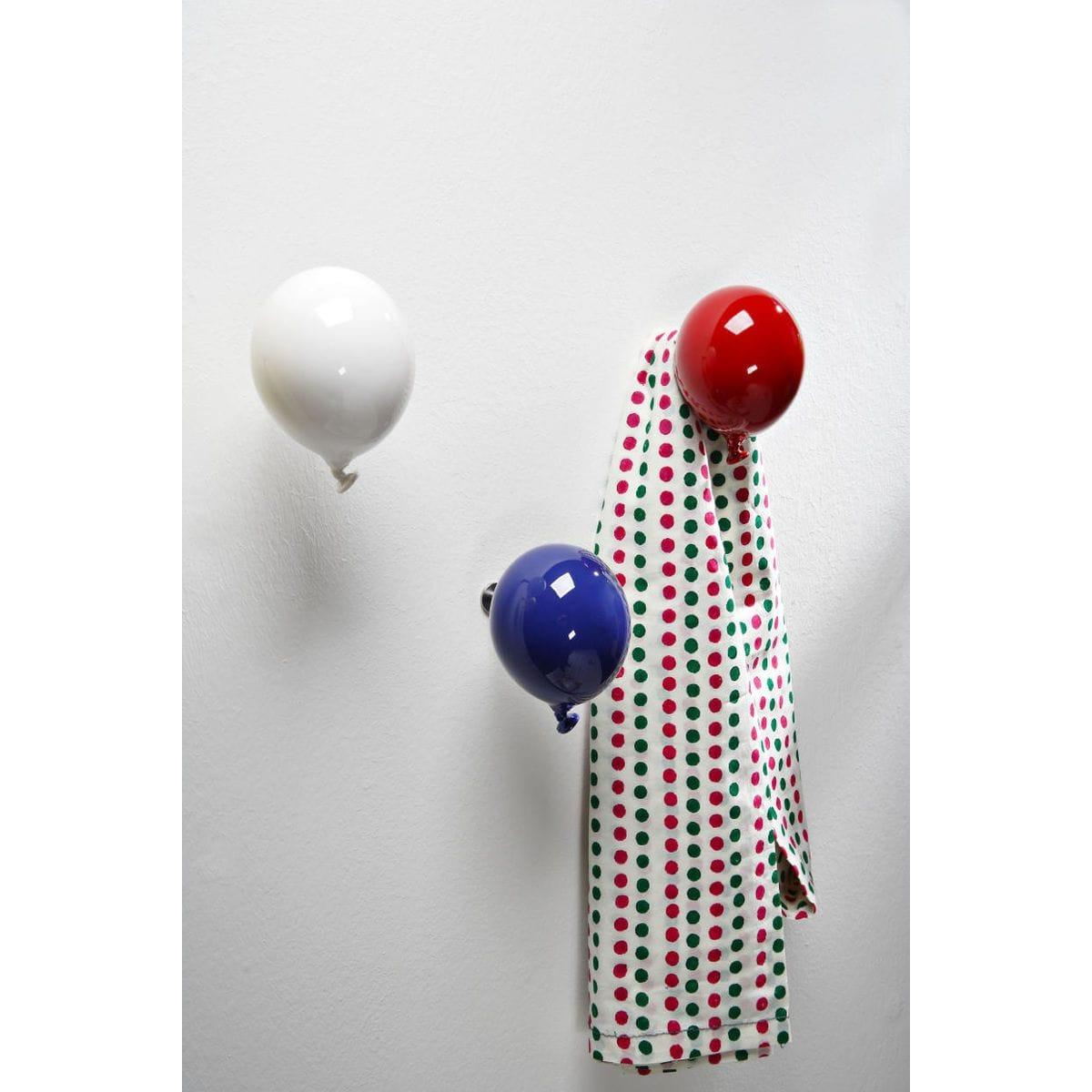 Palloncino in ceramica appendiabiti decorativo miniBalloon bianco, blu e rosso su parete