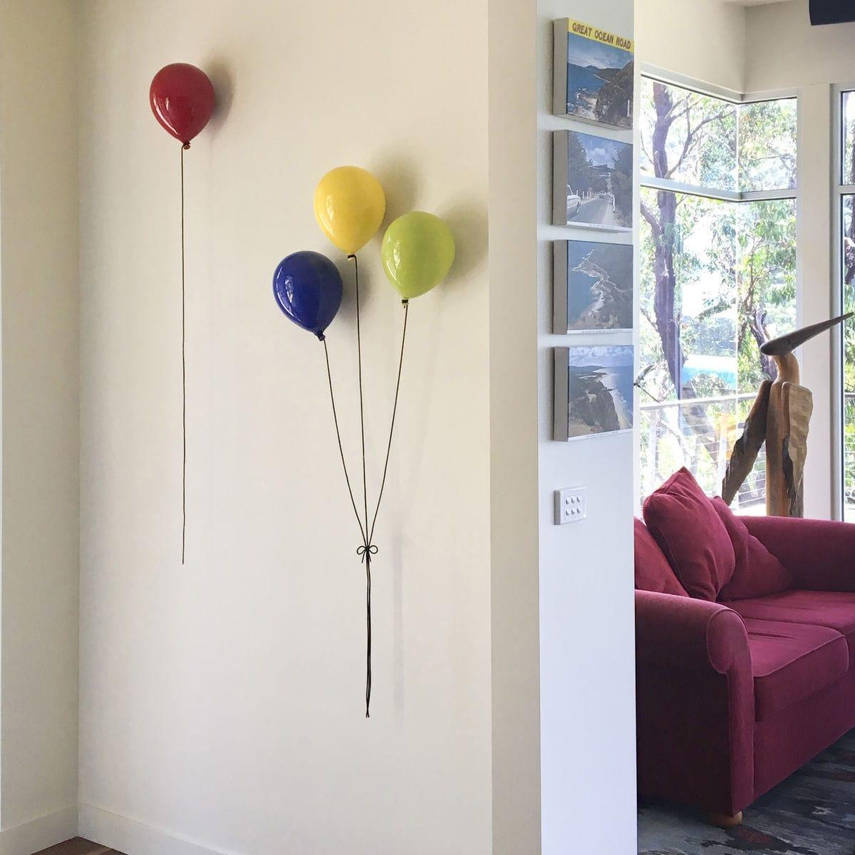 Palloncino decorativo in ceramica Balloon blu, giallo, rosso e verde su parete