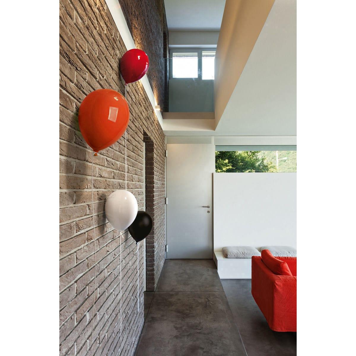 Palloncino decorativo in ceramica Balloon bianco, arancione, rosso e nero su parete