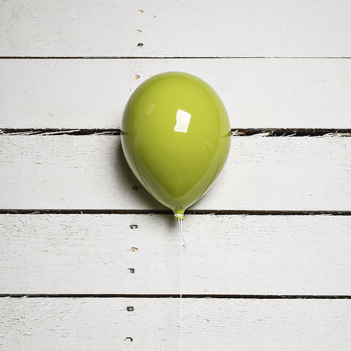 Palloncino decorativo in ceramica Balloon verde su parete in legno