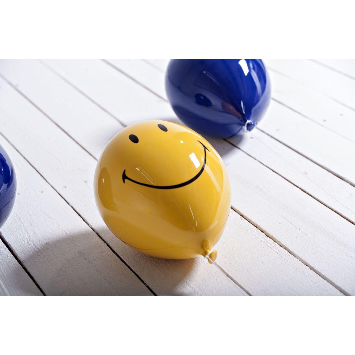 Palloncino decorativo in ceramica Balloon giallo Smiley e blu su legno bianco