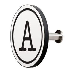 Appendiabiti a forma circolare della collezione Art-Up Alphabet con pomello in acciaio inox e appendiabiti HPL sfondo bianco lettera nera A