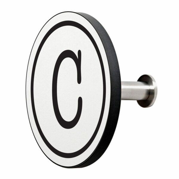 Appendiabiti a forma circolare della collezione Art-Up Alphabet con pomello in acciaio inox e appendiabiti HPL sfondo bianco lettera nera C