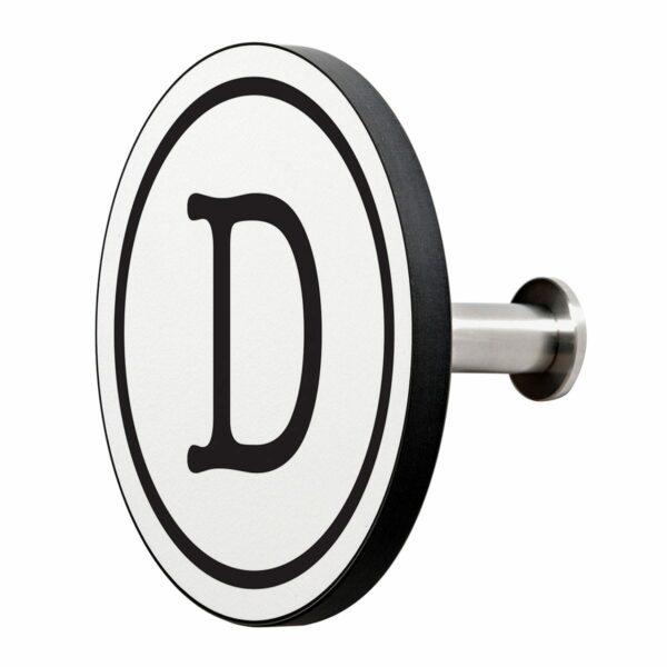 Appendiabiti a forma circolare della collezione Art-Up Alphabet con pomello in acciaio inox e appendiabiti HPL sfondo bianco lettera nera D