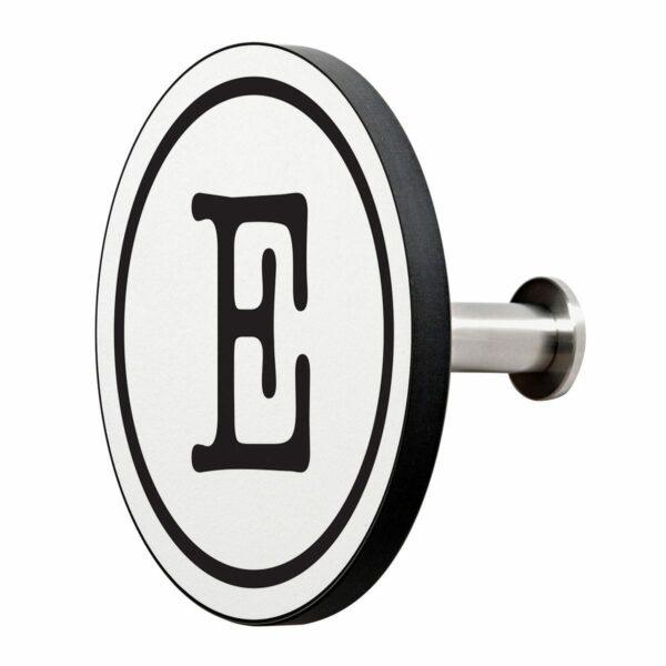 Appendiabiti a forma circolare della collezione Art-Up Alphabet con pomello in acciaio inox e appendiabiti HPL sfondo bianco lettera nera E