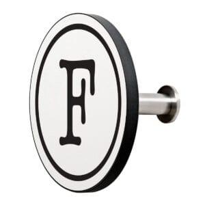 Appendiabiti a forma circolare della collezione Art-Up Alphabet con pomello in acciaio inox e appendiabiti HPL sfondo bianco lettera nera F