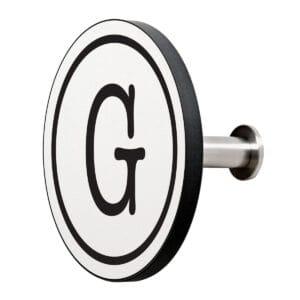 Appendiabiti a forma circolare della collezione Art-Up Alphabet con pomello in acciaio inox e appendiabiti HPL sfondo bianco lettera nera G