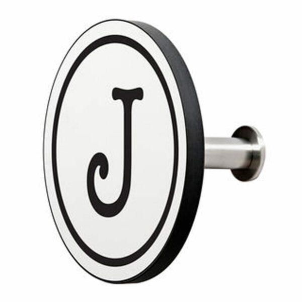Appendiabiti a forma circolare della collezione Art-Up Alphabet con pomello in acciaio inox e appendiabiti HPL sfondo bianco lettera nera J