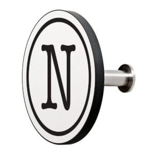 Appendiabiti a forma circolare della collezione Art-Up Alphabet con pomello in acciaio inox e appendiabiti HPL sfondo bianco lettera nera N
