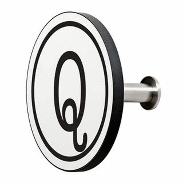 Appendiabiti a forma circolare della collezione Art-Up Alphabet con pomello in acciaio inox e appendiabiti HPL sfondo bianco lettera nera Q