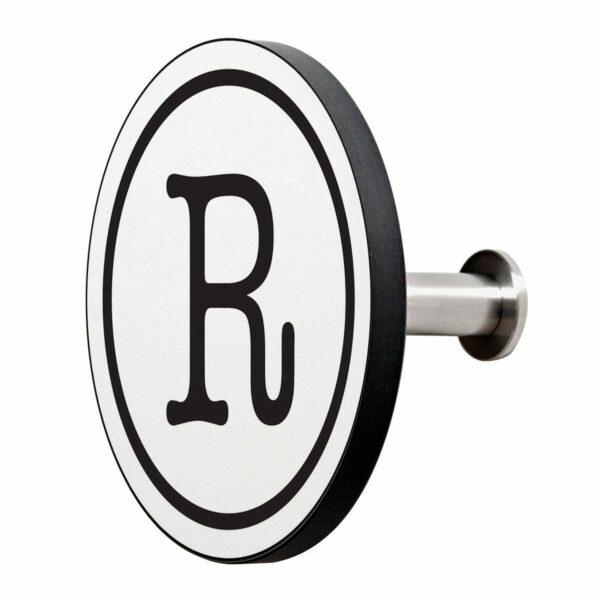 Appendiabiti a forma circolare della collezione Art-Up Alphabet con pomello in acciaio inox e appendiabiti HPL sfondo bianco lettera nera R