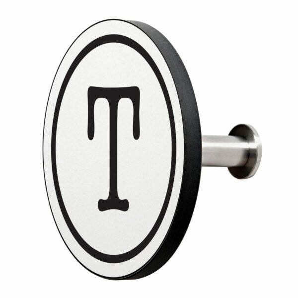 Appendiabiti a forma circolare della collezione Art-Up Alphabet con pomello in acciaio inox e appendiabiti HPL sfondo bianco lettera nera T