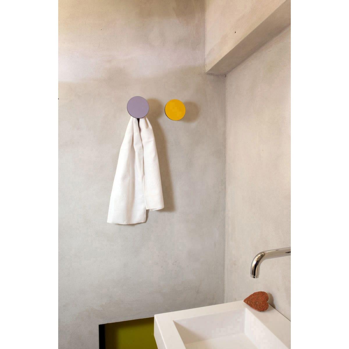 Serie Appendiabiti a forma circolare della collezione Art-Up con pomello in acciaio inox e appendiabiti HPL vari colori