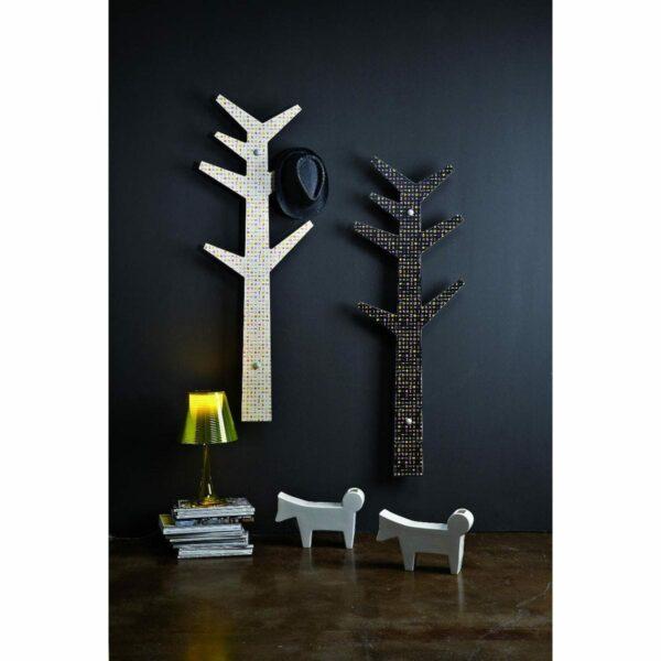 due appendiabiti design a forma di albero stilizzato con artwork di Karim Rashid montati su una parete grigia
