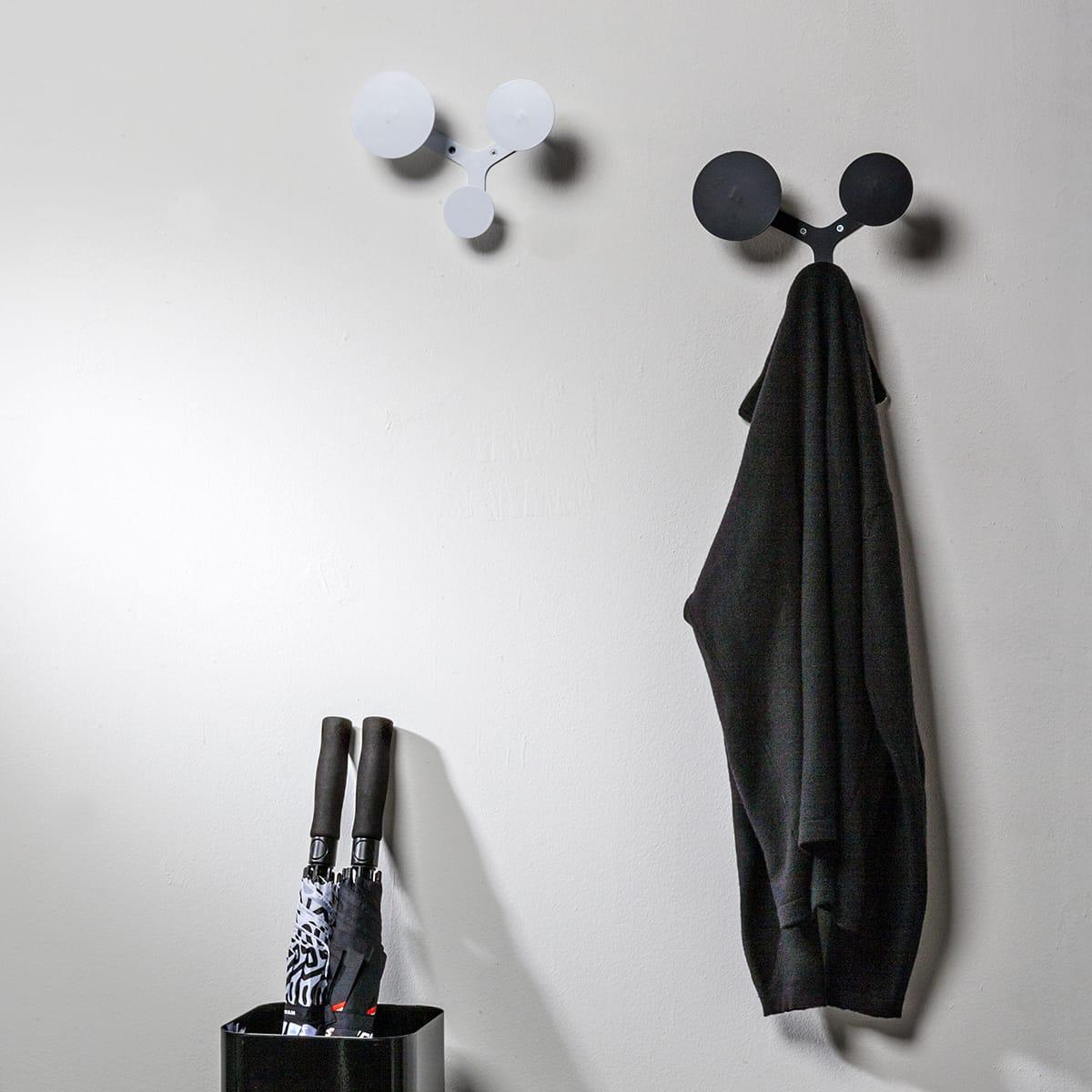 due appendiabiti a muro uno bianco e uno nero composti da 3 dischi ciascuno di dimensioni diverse