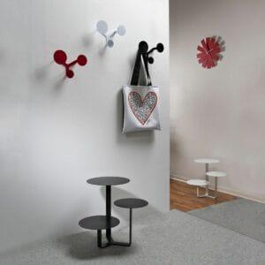 Appendiabiti a muro di metallo composto da tre dischi circolari montati sul medesimo supporto di colore rosso e bianco