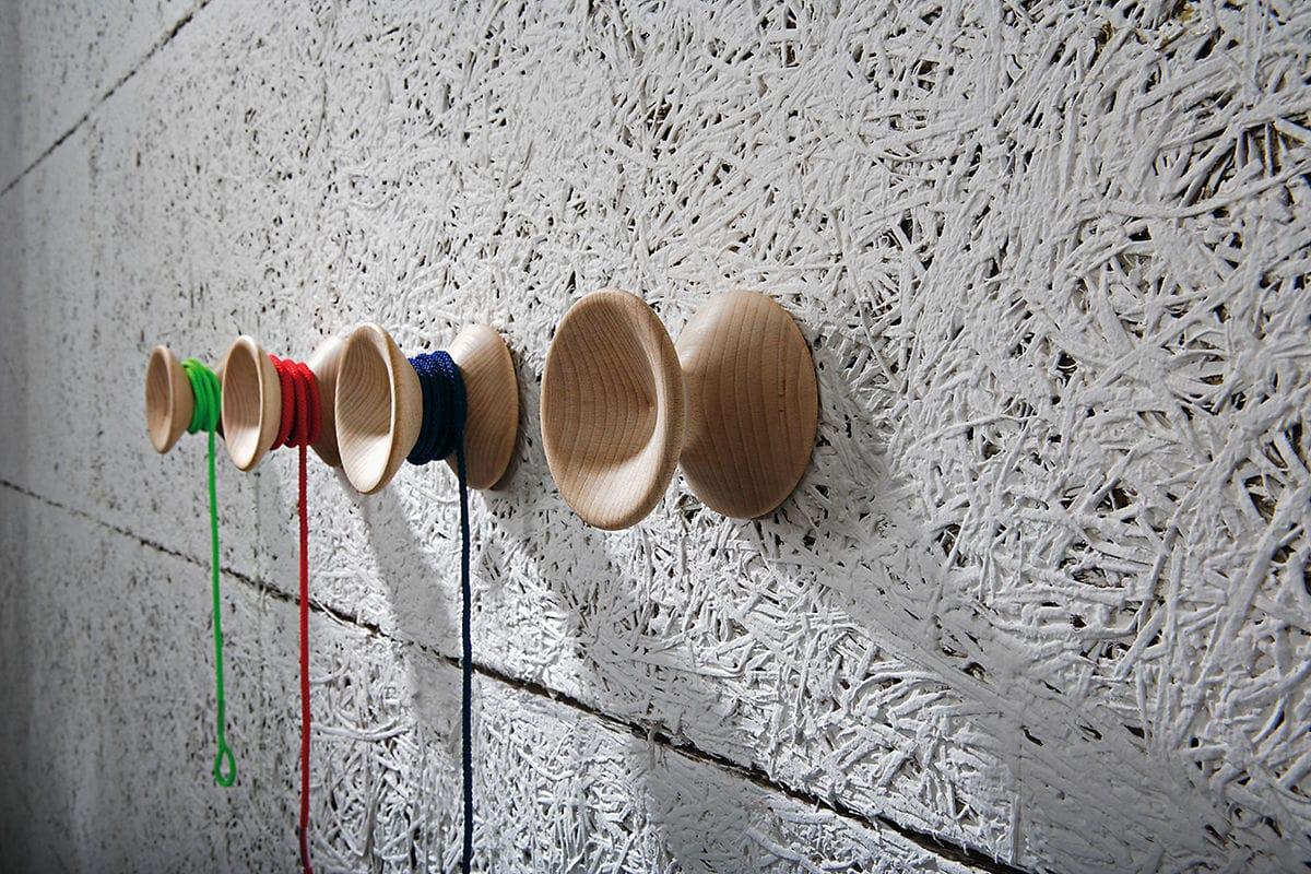 pomelli appendiabiti a forma di yo-yo in legno con cordoncino colorato