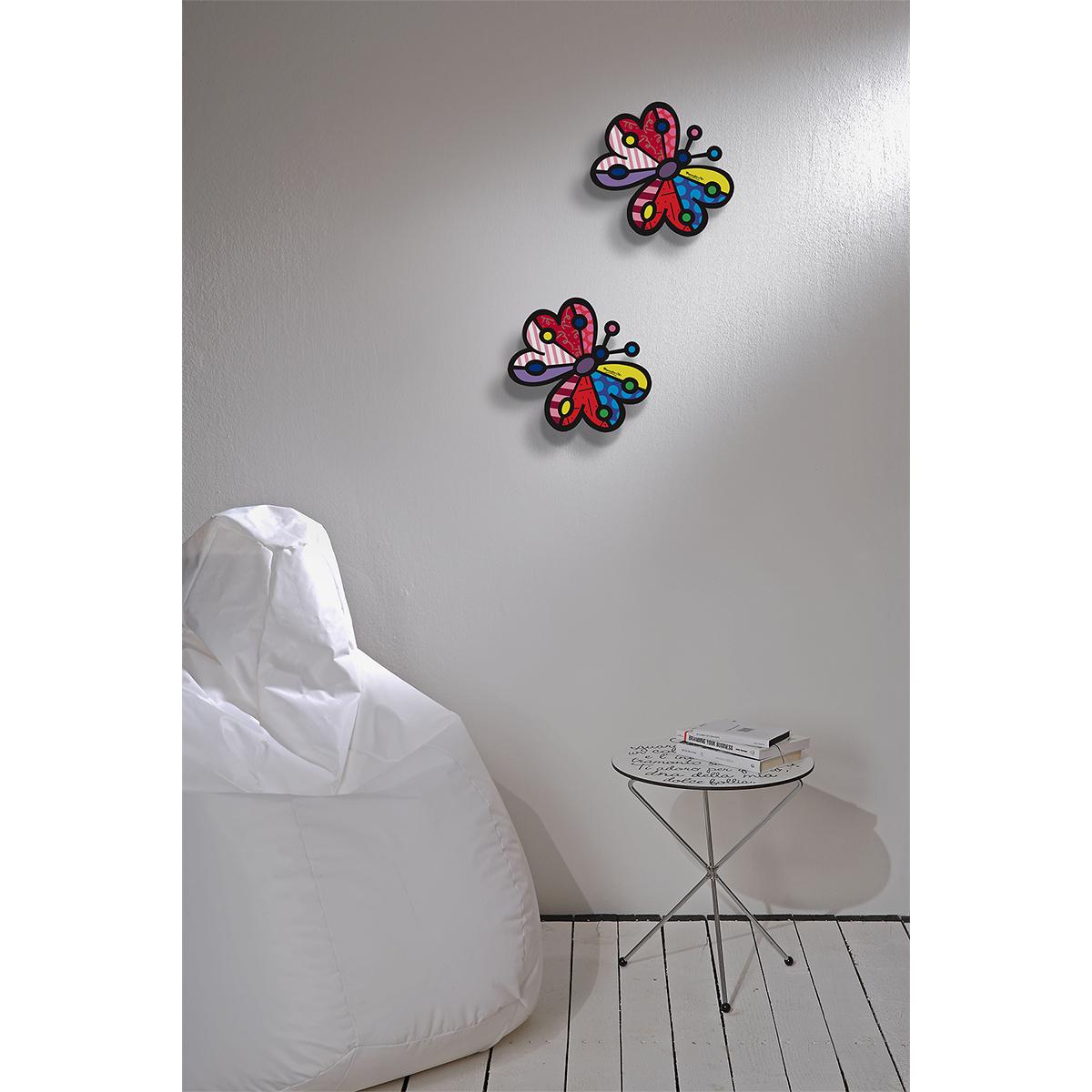 elemento decorativo murale a forma di farfalla colorata secondo lo stile di Romero Britto