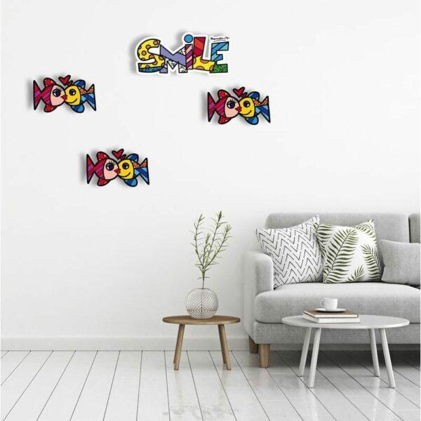 Elementi decorativi da parete a forma di pesci e testo Smile con artwork di Romero Britto
