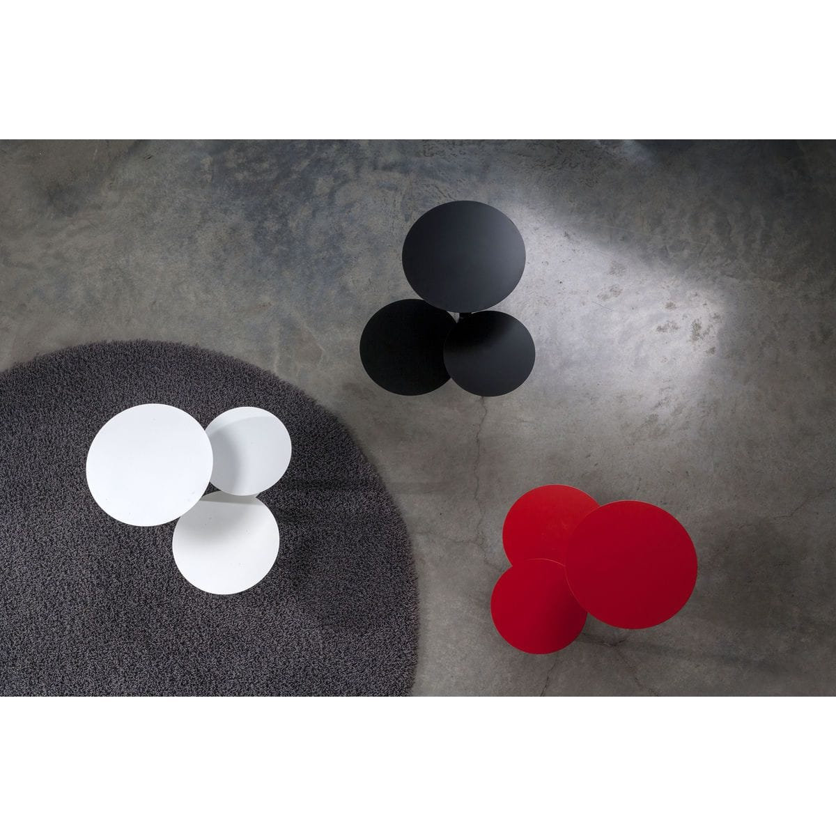 Tavolini di metallo con tre ripiani circolari ad altezze differenti colore nero, bianco e rosso