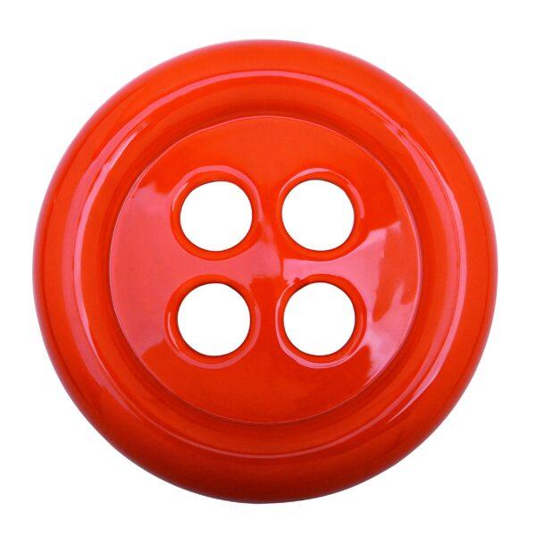 grande bottone in ceramica arancione che ha la funzione di umidificatore naturale per caloriferi