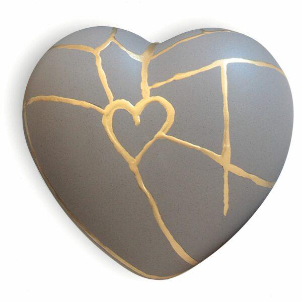 Cuore di ceramica grigio con grafica dorata di Letizia Malvestuto