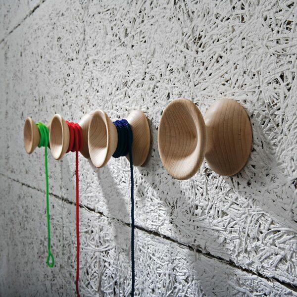 pomelli appendiabiti in legno chiaro a forma di yo yo con cordoncino colorato