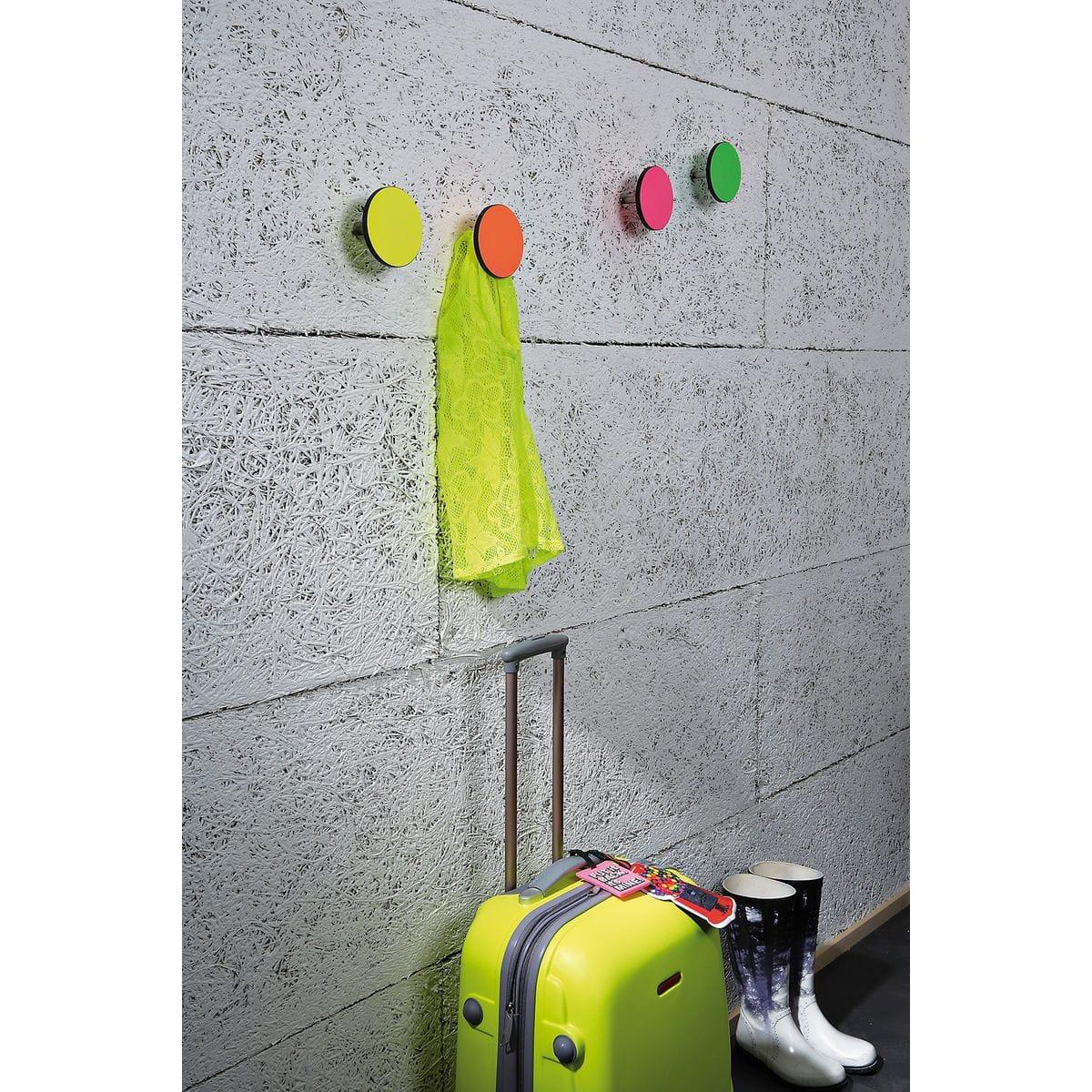 Serie appendiabiti a forma circolare della collezione Art-Up con pomello in acciaio inox e appendiabiti HPL di colore fluorescente