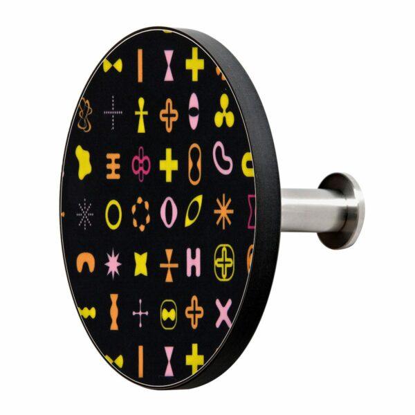 Appendiabiti a forma circolare della collezione Art-Up con pomello in acciaio inox e appendiabiti HPL con grafica colorata su sfondo nero di Karim