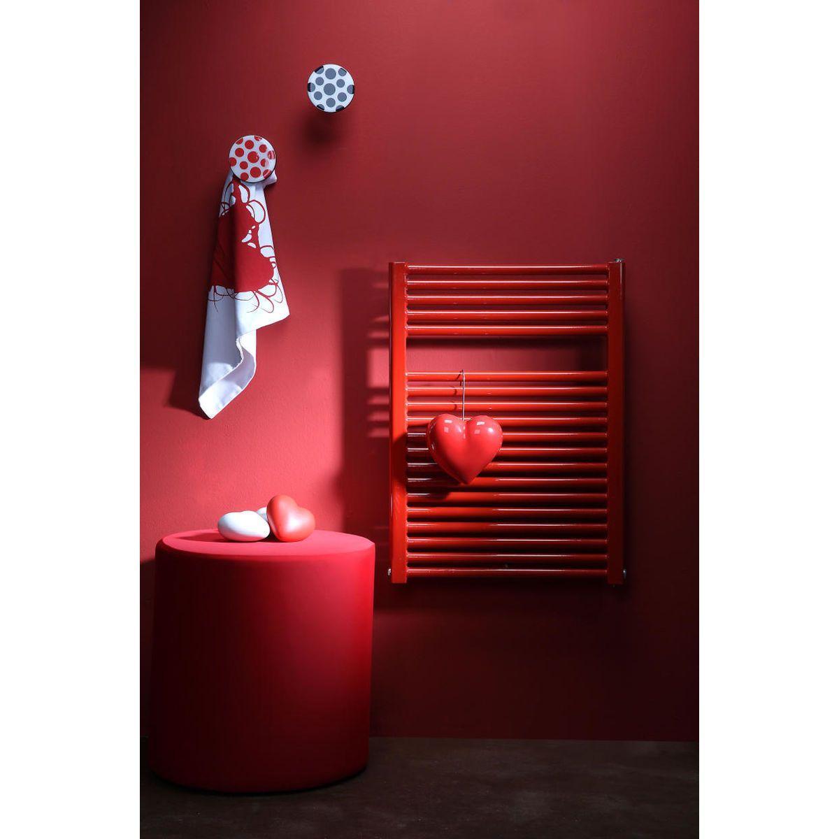 Appendiabiti a forma circolare della collezione Art-Up con pomello in acciaio inox e appendiabiti HPL rivestito in resina con grafica colorata a pois rossi su sfondo bianco