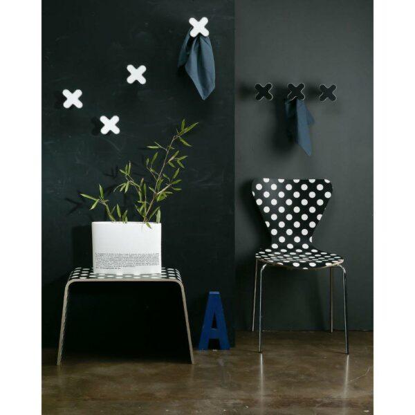 Appendiabiti a forma di X bianca della collezione Art-Up con pomello in acciaio inox e appendiabiti in HPL