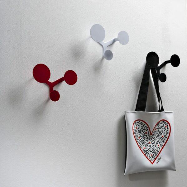 tre appendiabiti a parete in metallo composti da 3 cerchi di diverse dimensioni dal design minimal e nei colori bianco, nero e rosso