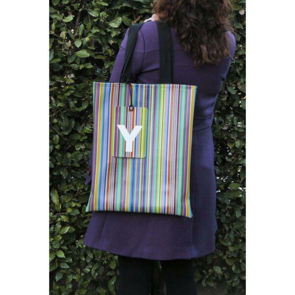 Borsa da viaggio con fantasia a rithe verticali colorate Total Stripes di Laura Ellero