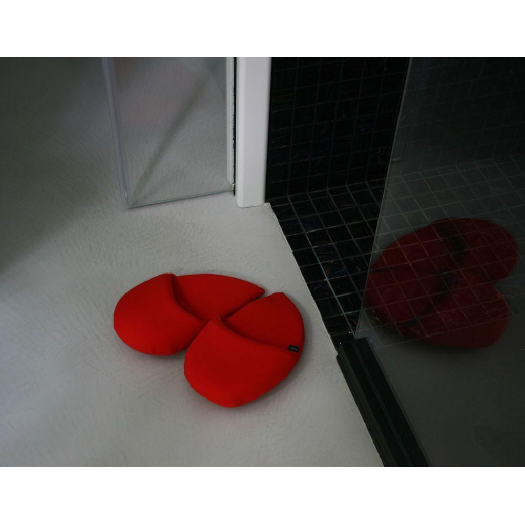ciabattone a forma di cuore rosso su pavimento grigio
