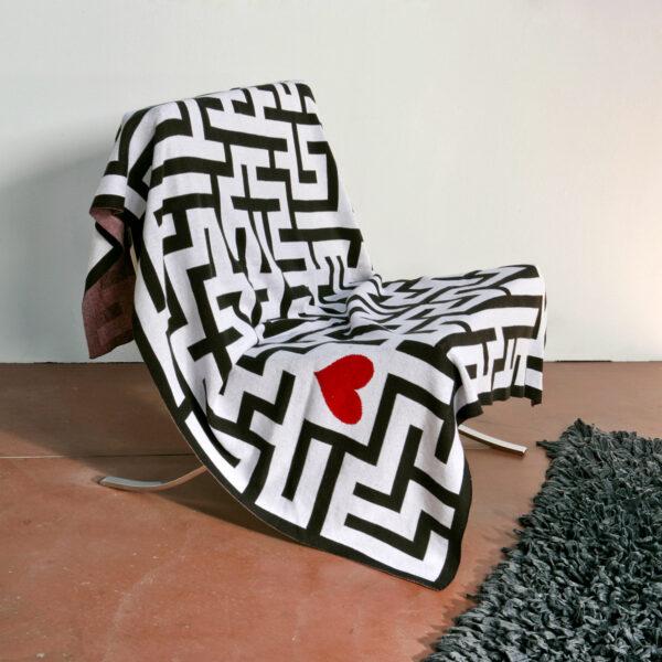 coperta bianca con fantasia labirinto in nero con un piccolo cuore rosso