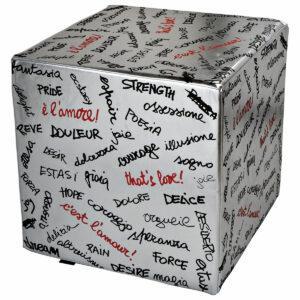Pouf rigido a cubo in ecopelle argento con scritte parole sull'amore in nero e rosso di C.B. Farinar