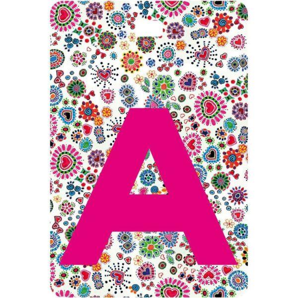 Etichetta bagaglio con lettera alfabeto bianca su sfondo fantasia cuori e fiori colorati con iniziale A