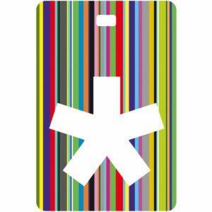 Etichetta bagaglio con lettera alfabeto bianca su sfondo a righe colorate con iniziale *