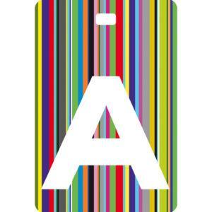 Etichetta bagaglio con lettera alfabeto bianca su sfondo a righe colorate con iniziale A