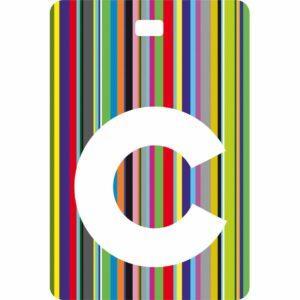 Etichetta bagaglio con lettera alfabeto bianca su sfondo a righe colorate con iniziale C
