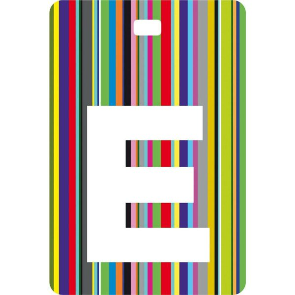 Etichetta bagaglio con lettera alfabeto bianca su sfondo a righe colorate con iniziale E