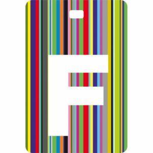 Etichetta bagaglio con lettera alfabeto bianca su sfondo a righe colorate con iniziale F