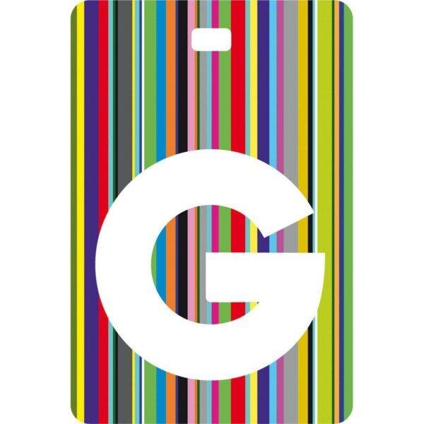 Etichetta bagaglio con lettera alfabeto bianca su sfondo a righe colorate con iniziale G